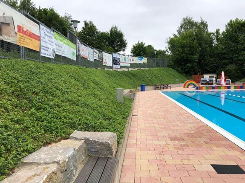 Zwembad met groen talud covergreen